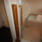 "<span class=""title"">浴室手摺取付とドアを引戸に変更</span>"